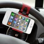 Juodas automobilinis telefono laikiklis tvirtinamas prie (ant) vairo